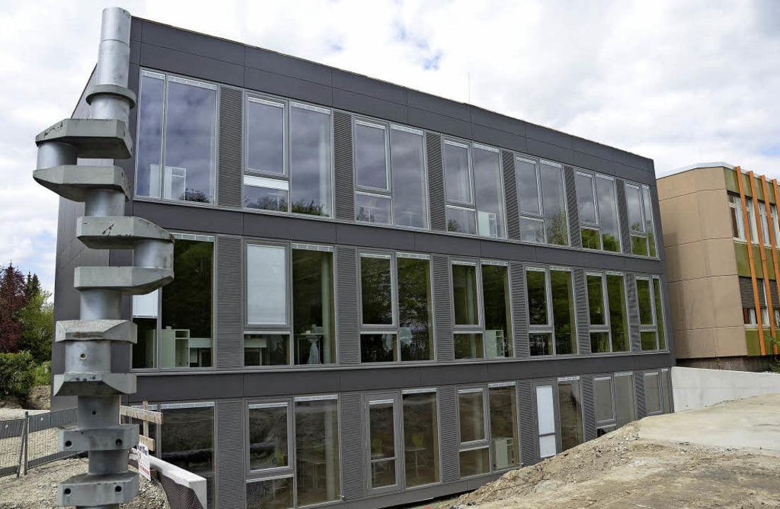 Außen ist er dunkel, aber große Fenster sorgen für viel Licht in dem Neubau.   | Foto: Sebastian Wolfrum