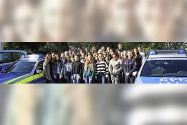 32 Mädchen erkunden das Polizeirevier