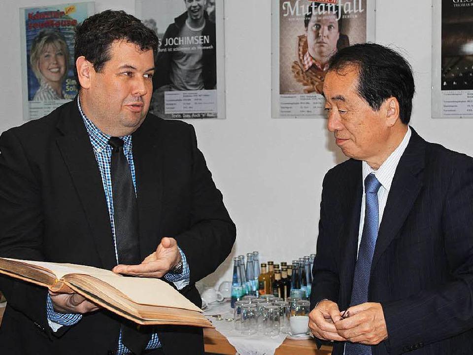 Japans Ex-Premier Naoto Kan mit Bürgermeister Schelshorn.  | Foto: Hermann Jacob