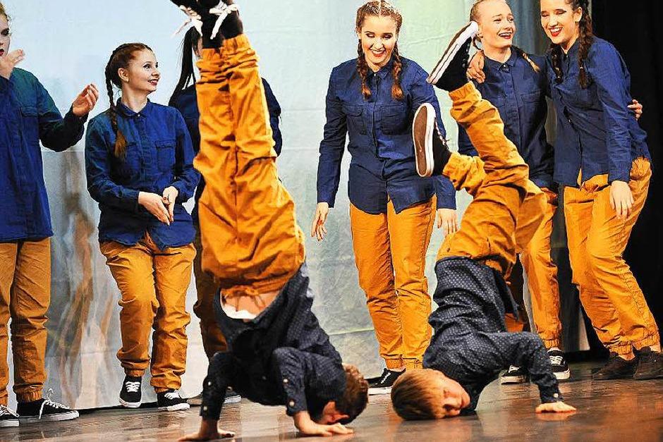 """Los ging es mit der Tanzgruppe """"Waisenkinder"""", in der auch unter der Regie von Hannah Manke und Lotta Rieger einige Jungs ihre Breakdance-Künste zeigten ... (Foto: Hans-Peter Müller)"""