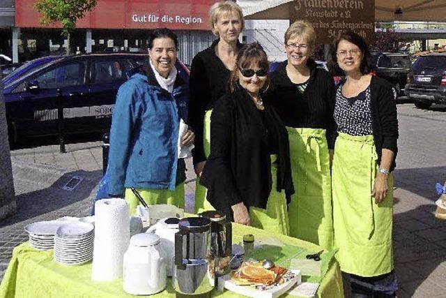 Frauenverein verkauft Muttertagsherzen auf dem Wochenmarkt in Titisee-Neustadt