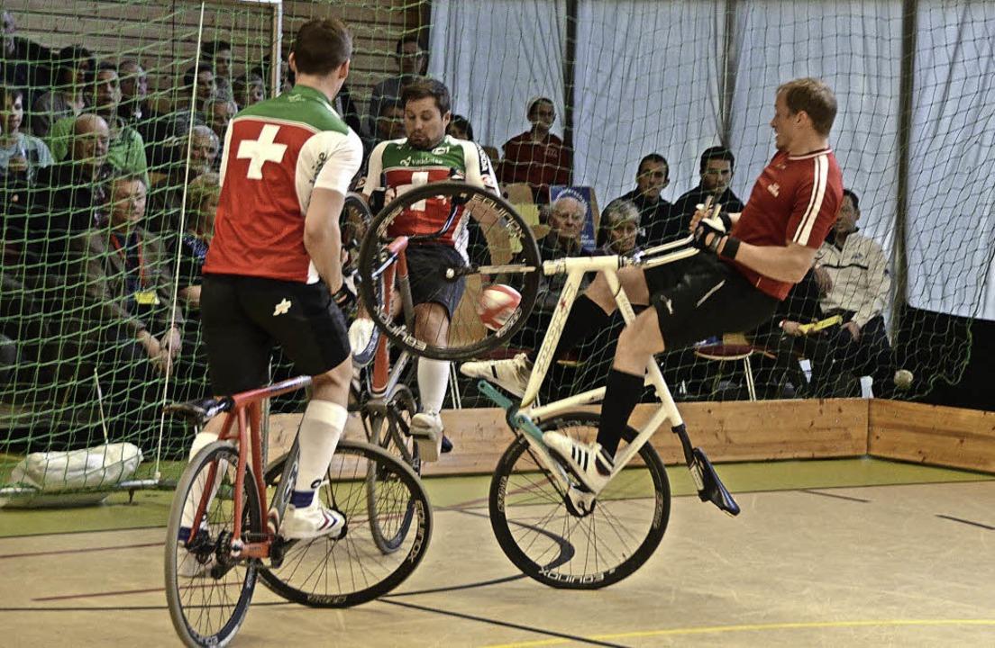 Auch akrobatische Szenen gab es bei der Radball-EM in Wallbach zu bestaunen.     Foto: Hrvoje Miloslavic