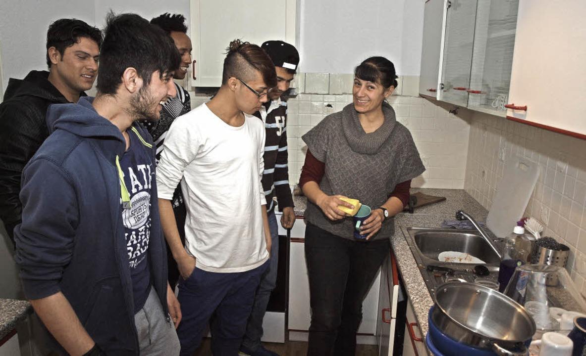 Ethnologin Nadine Mhadbi mit ihren Schützlingen beim Küchendienst.  | Foto: Michael haberer