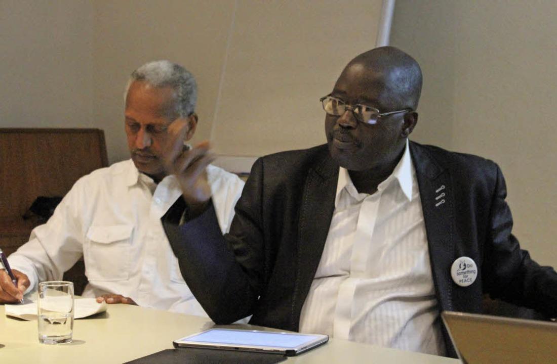 Der Pastor der EYN, Ephraim Kadala (re... für ein friedliches Miteinander aus.   | Foto: Erik Stahlhacke