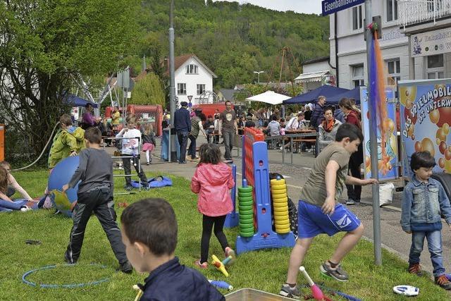 Viele Freunde feiern das Jugendhaus