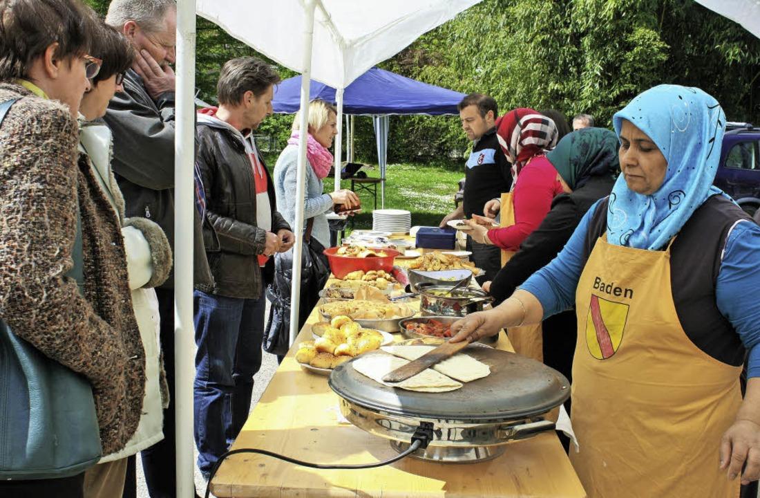 Am Stand der Türkisch-Islamischen Geme...kulinarische Spezialitäten angeboten.     Foto: Julia trauden
