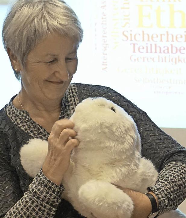 Hadwig Storch  mit Therapierobbe &#822...stellung mit Alltagshilfen in Breisach  | Foto: Julius Wilhelm Steckmeister