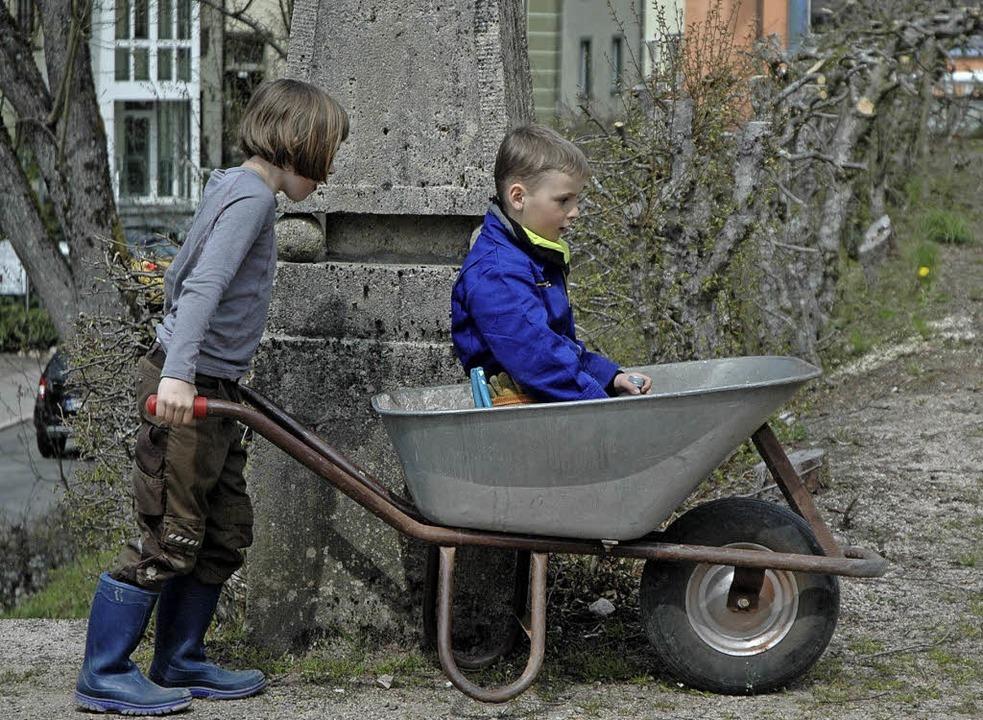 Zwischendurch gab's für die kleinen Helfer auch mal eine kostenlose Fahrt.  | Foto: Christiane Sahli