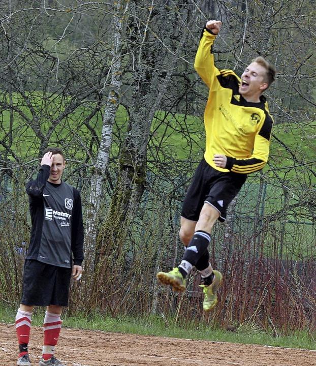 So sehen Sieger aus: Der Hölzlebrucker...seinen Treffer zum 2:0 in Königsfeld.   | Foto: reinhardt