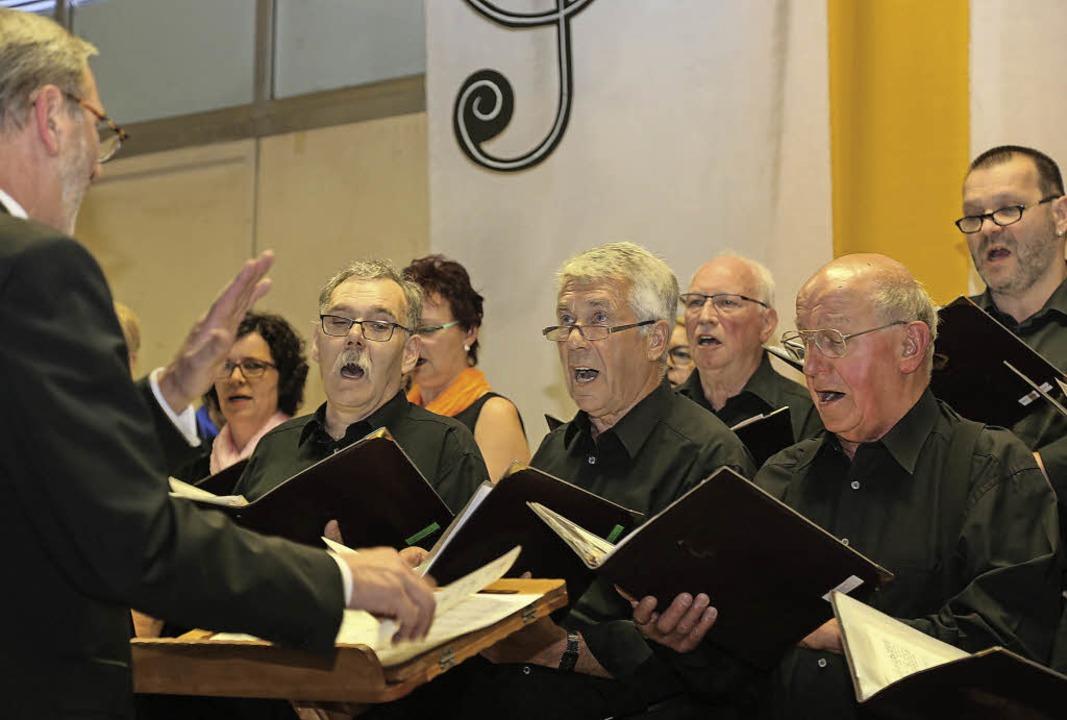 Der gemischte Chor des Männergesangver...orf unter  Leitung von Alfred Wagner.   | Foto: Sandra Decoux-Kone