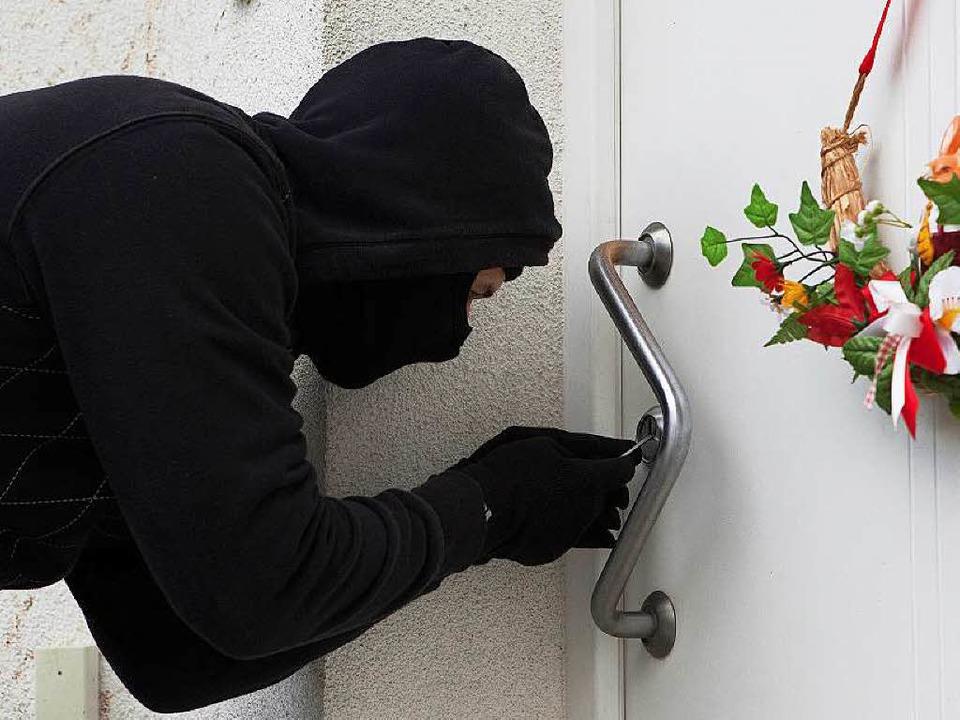 Macht es  Einbrechern schwer: gut gesicherte Tür    Foto: dpa-tmn