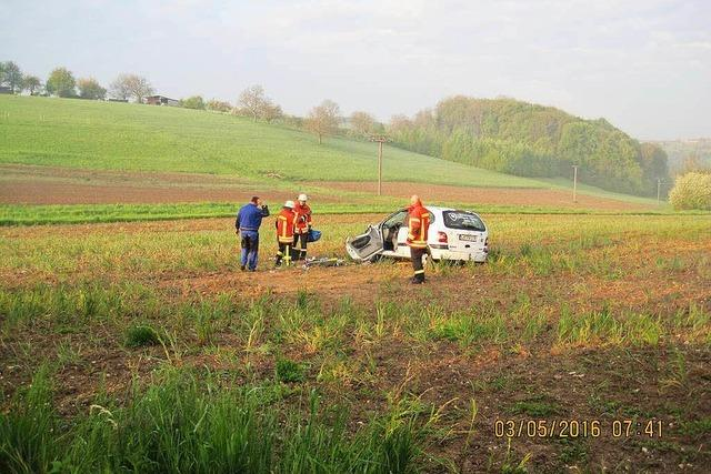 Auto überschlägt sich, Fahrerin fällt heraus und verletzt sich schwer