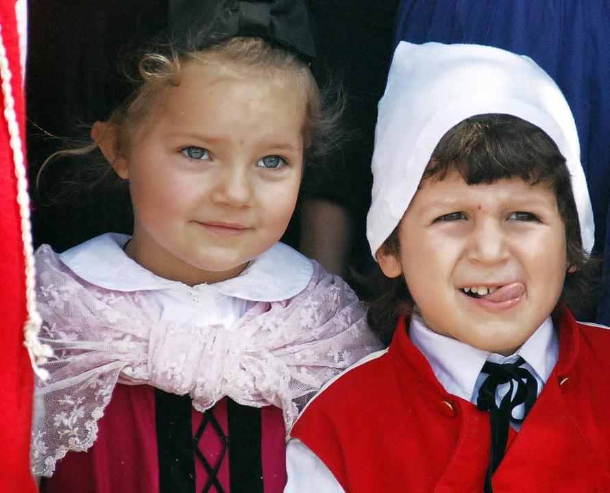 Fein gemacht fürs Fest: zwei Kinder in der Vreneli- und Hanseli-Tracht   | Foto: Archivfoto: Angelika Schmidt