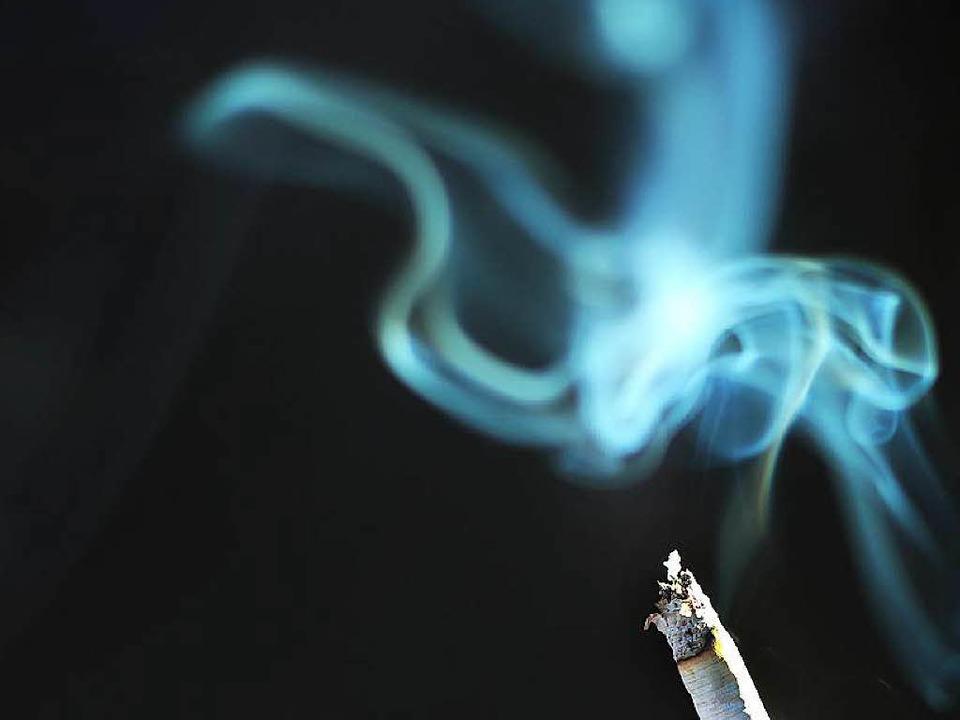 Er will nur eine Zigarette rauchen und... Das passierte einem Mann in Breisach.  | Foto: dpa