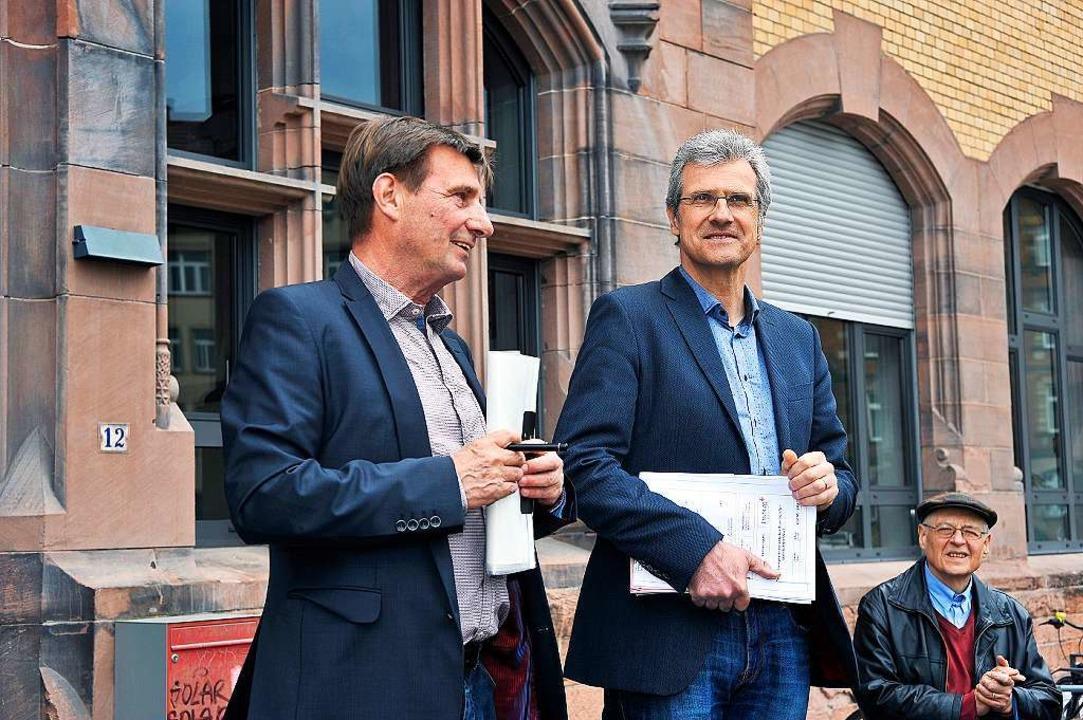 Thomas Dettling (links) vom städtische...Stadtplanungsamt erklären die Projekte    Foto: Thomas Kunz