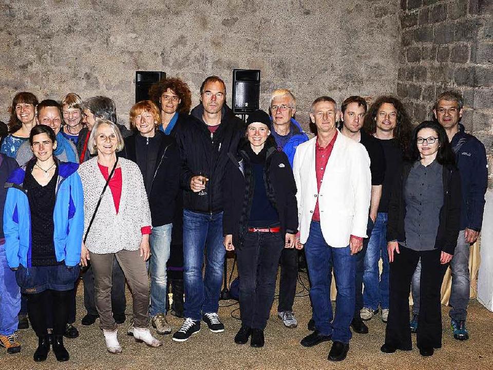 Das Kollektiv des Mietshäusersyndikats...fter Hendrijk Guzzoni (5. von rechts)     Foto: Ingo Schneider