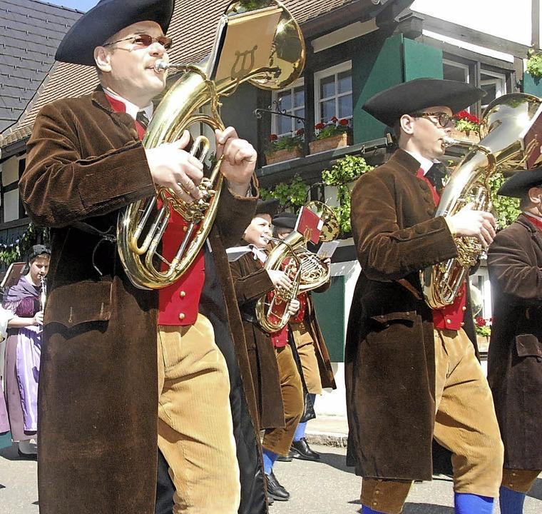 Die Hebelmusik bläst den Gästen den Marsch, und die  Kinder haben viel Spaß.   | Foto: edi
