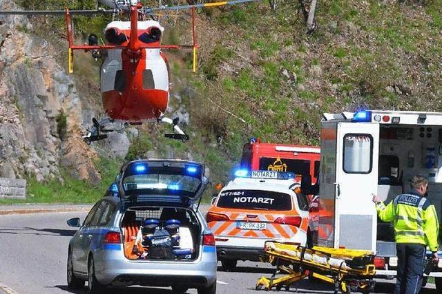 Motorradfahrer stürzt in die Tiefe – schwer verletzt