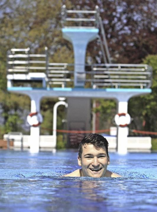 BZ-Azubi Felix Beck testet das Emmendinger Schwimmbad    Foto: Patrik Müller