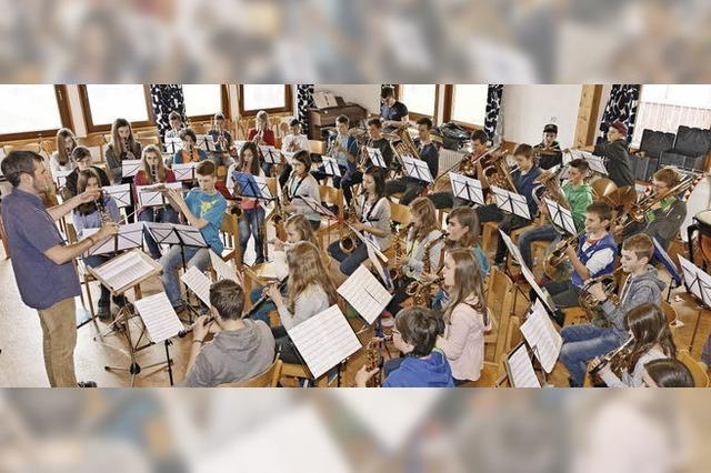 Jugendkapelle, Vororchester, Stadtmusik spielen zur Unterhaltung. Instrumente können ausprobiert werden