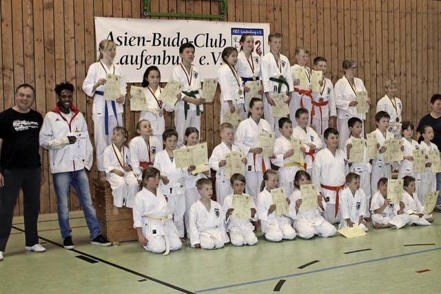 Junge Karatekas zeigten mit Hingabe ihre Übungen