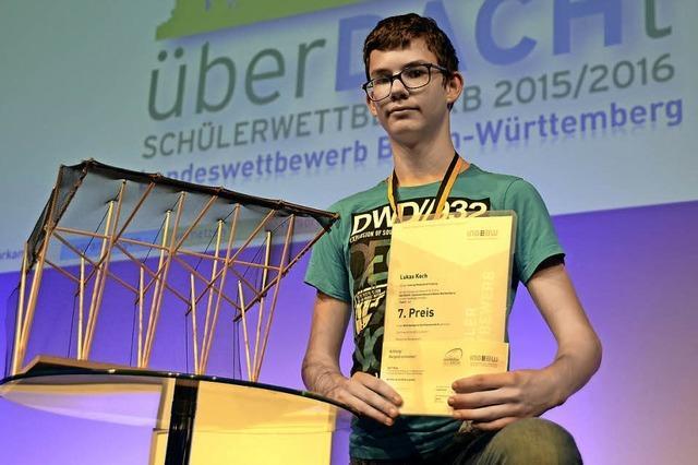 AUF EINEN PREIS MIT...: Junger Ingenieur, großer Fußballfan