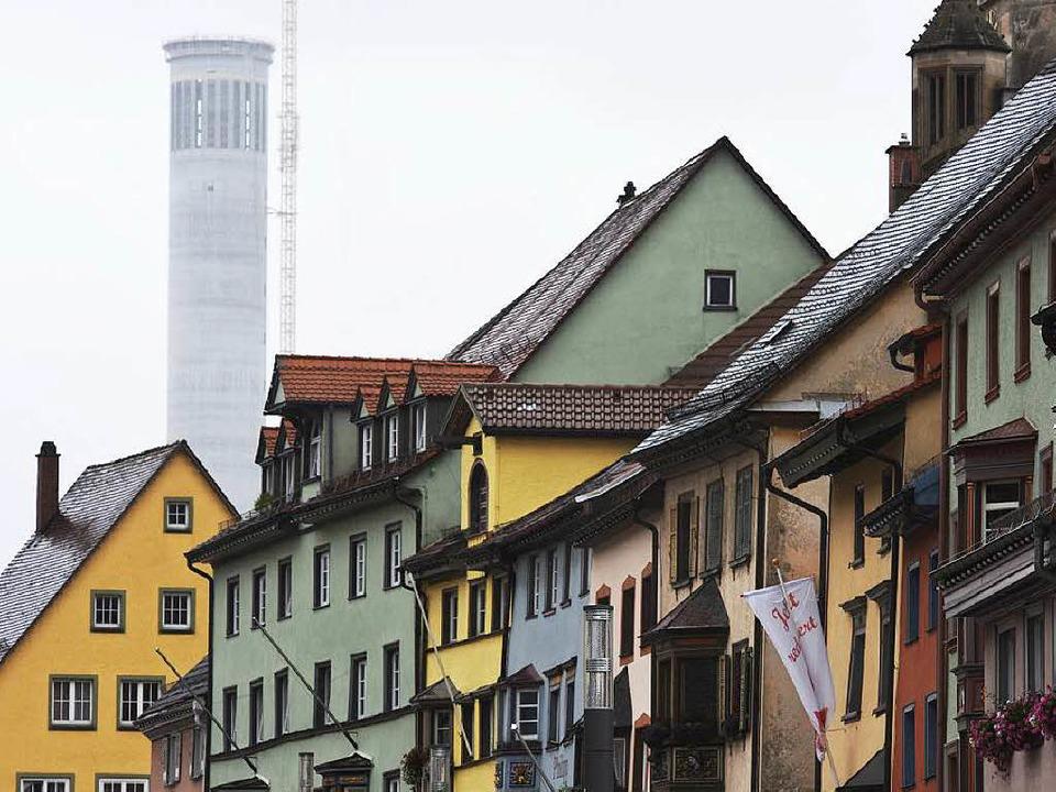 Stadtbildprägend: Der Testturm für Auf...f einem Foto aus dem vergangenen Jahr.    Foto: dpa