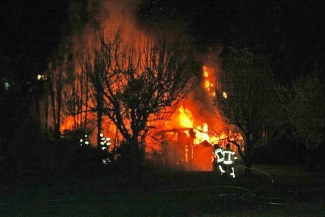 Nächtlicher Brand zerstört mehrere Gartenhütten