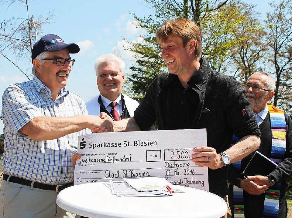 Dachsbergs Bürgermeister Helmut Kaiser...Rainer Fritz symbolisch die 2500 Euro.  | Foto: Cornelia Liebwein