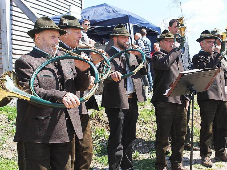 Die Jagdhornbläser musizieren beim Einweihungsfest.  | Foto: Cornelia Liebwein