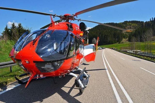 Motorradfahrer kollidieren auf der B31 – Fahrer schwer verletzt