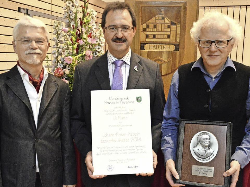 Laudator Markus Manfred Jung und  Bürg...Peter-Hebel-Gedenkpalette (von links).  | Foto: Edgar Steinfelder