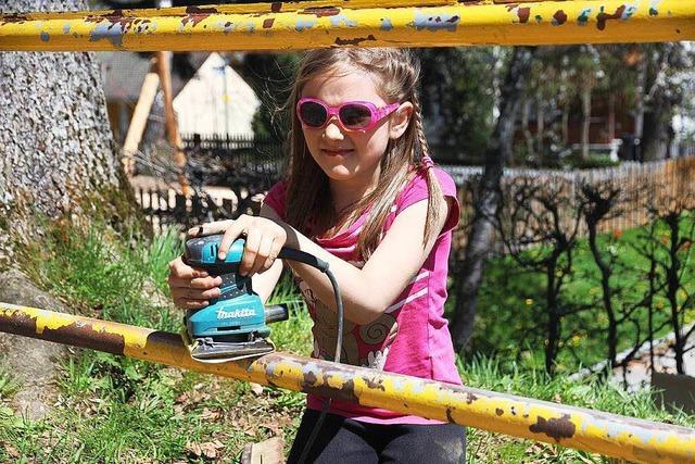 Neustädter Eltern packen kräftig bei der Neugestaltung des Schulhofs mit an