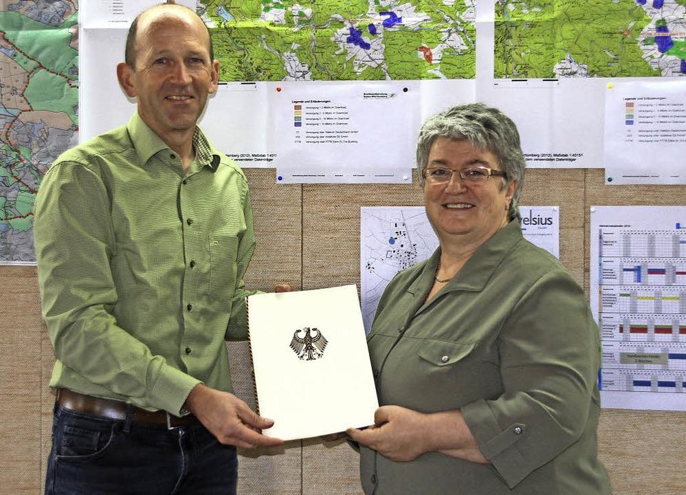 Bundestagsabgeordnete Gabriele Schmidt...d aus Berlin für den Breitbandausbau.   | Foto: Chris Seifried