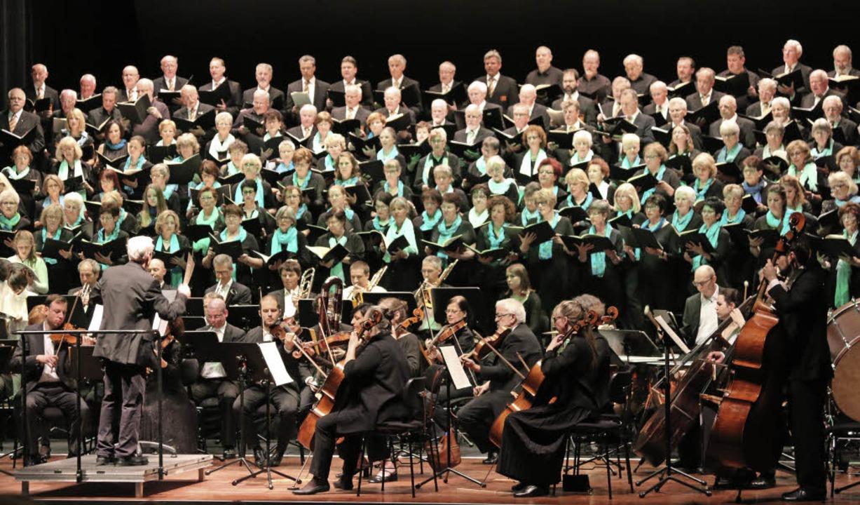 Imposantes Bild: Chöre und Orchester v...20; unter Leitung von Herbert Kaiser.   | Foto: Katharina Bartsch