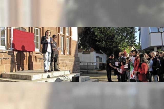 Syrische Flüchtlinge und Denzlinger Bürger halten Mahnwache für Aleppo