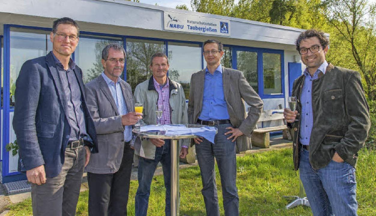 Stießen auf die neue Naturschutzstatio...spräsidium) und Andre Baumann (Nabu).   | Foto: Gemeinde