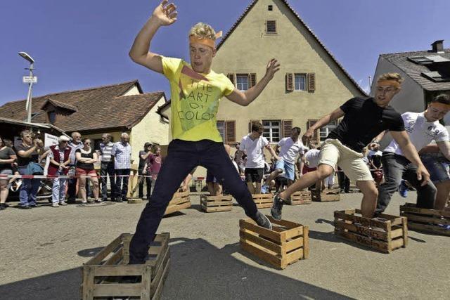 Kistenrennen und Bickibalancieren - beim St.Georgener Weinfest gab's witzige Winzerfestspiele