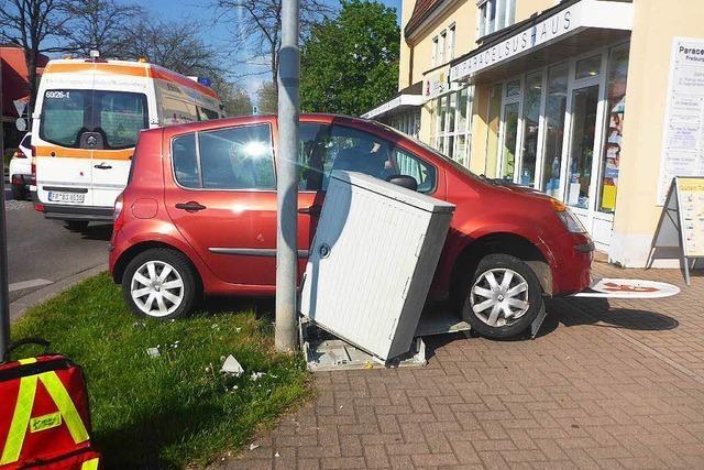 Seniorin verliert Kontrolle über ihr Auto