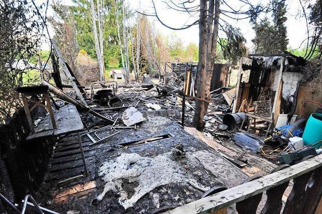 Hütten in Flammen: Polizei geht von Brandstiftung aus