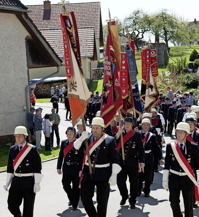 Mit Stolz präsentierten die Feuerwehrmänner die  Fahnen.  | Foto: Wolfgang Scheu