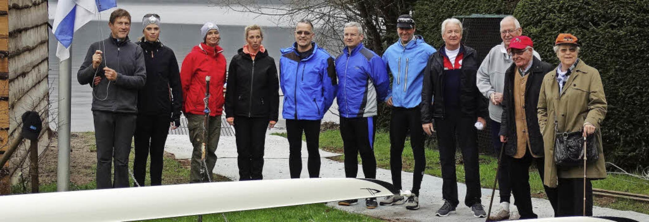 Aufstellen zum Anrudern: Ruderclubvors...n bei der Eröffnung der Rudersaison.    | Foto: Werner Schnettelker
