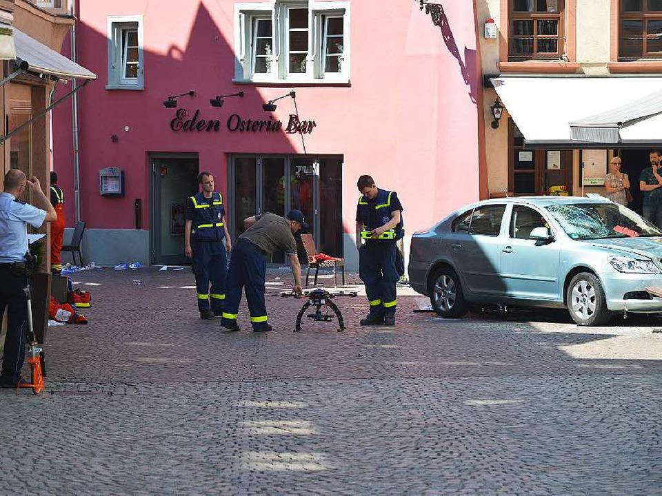Der Unfallort in Bad Säckingen wird gesichert, rechts das Unfallauto.  | Foto: Martin Eckert