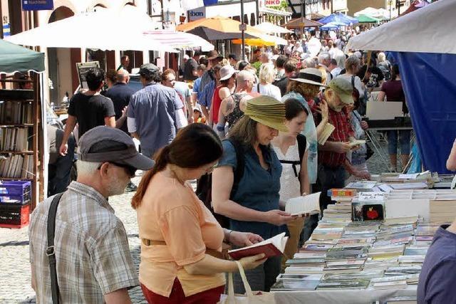 Büchermarkt und verkaufsoffener Sonntag lockten viele Besucher an