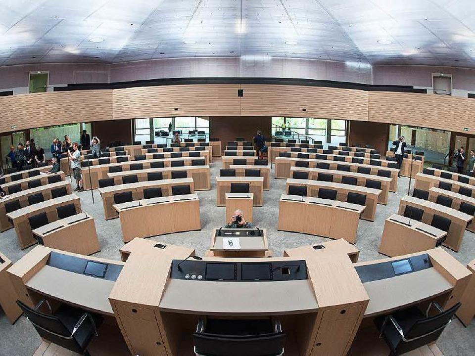 Der neue Plenarsaal des Landtags in hellem Eichenholz  | Foto: dpa