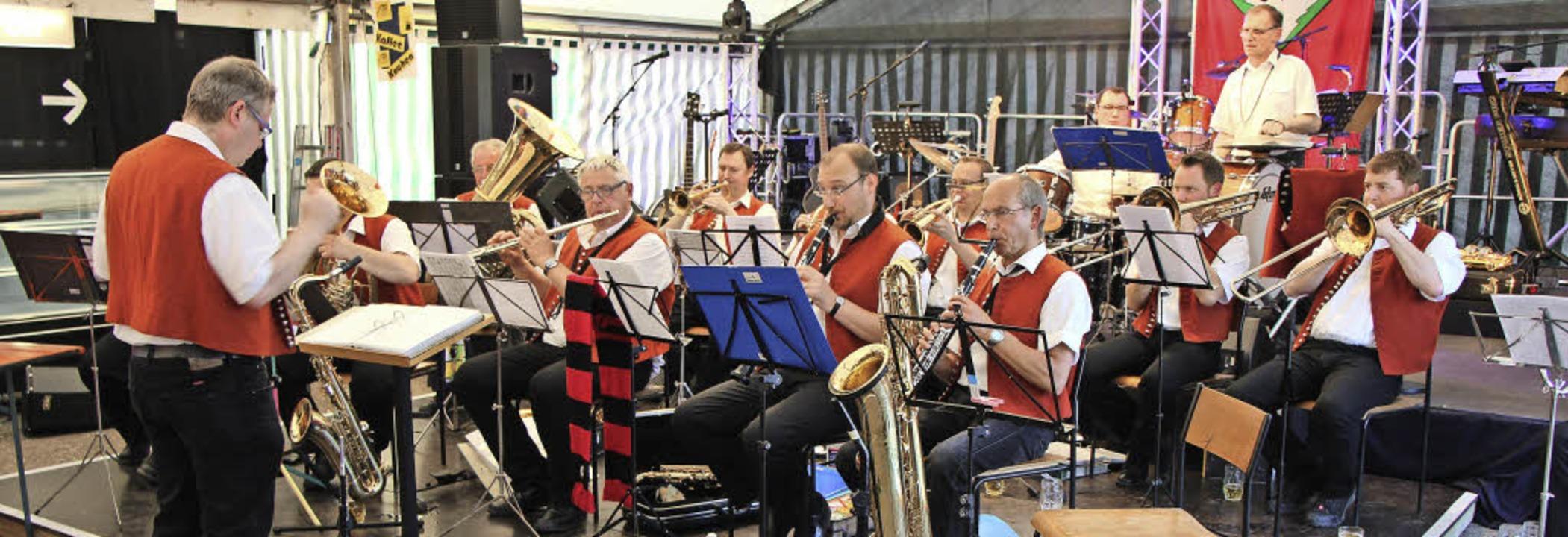 Die Tännlehau-Musikanten aus Geisingen...Musikfest gleich mehrfach im Einsatz.   | Foto: Helmut Hassler