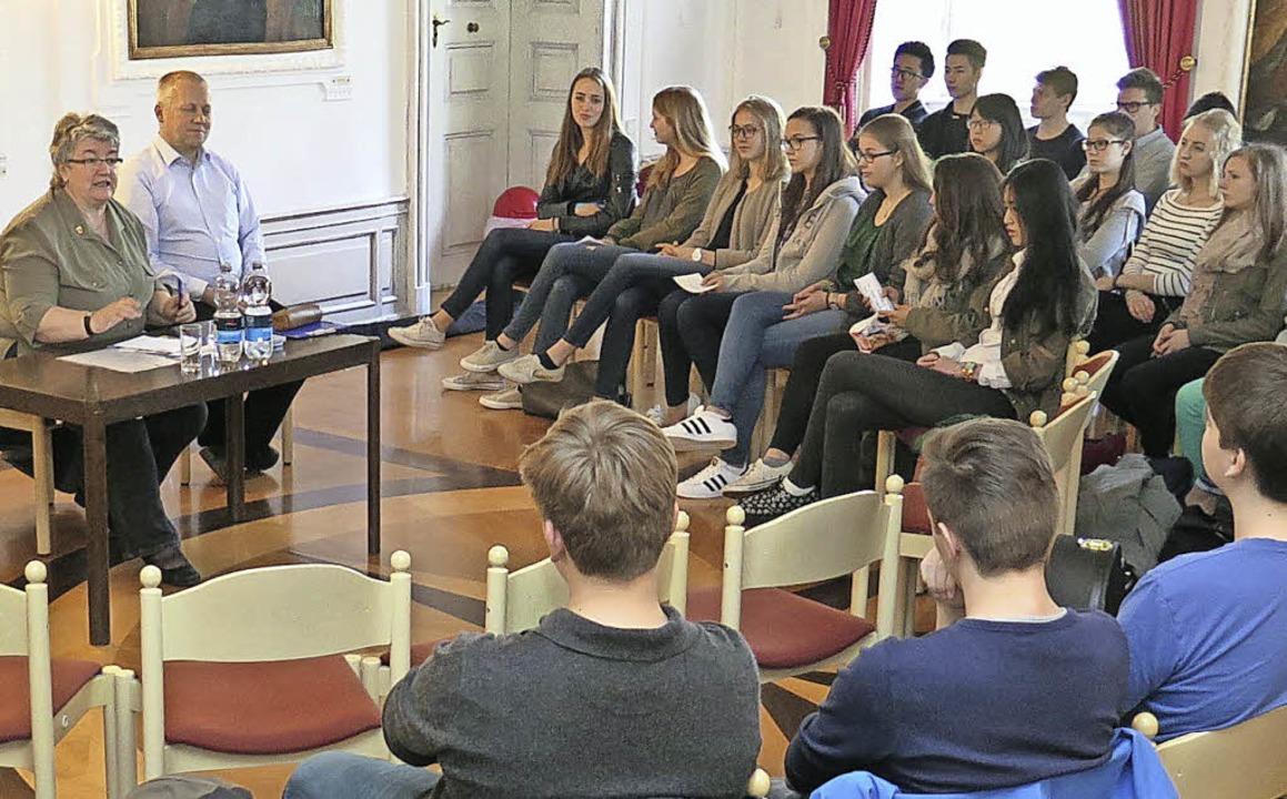 Rund 50 Kollegschüler diskutierten mit...neten Gabriele Schmidt über EU-Themen.  | Foto: Kolleg St. Blasien