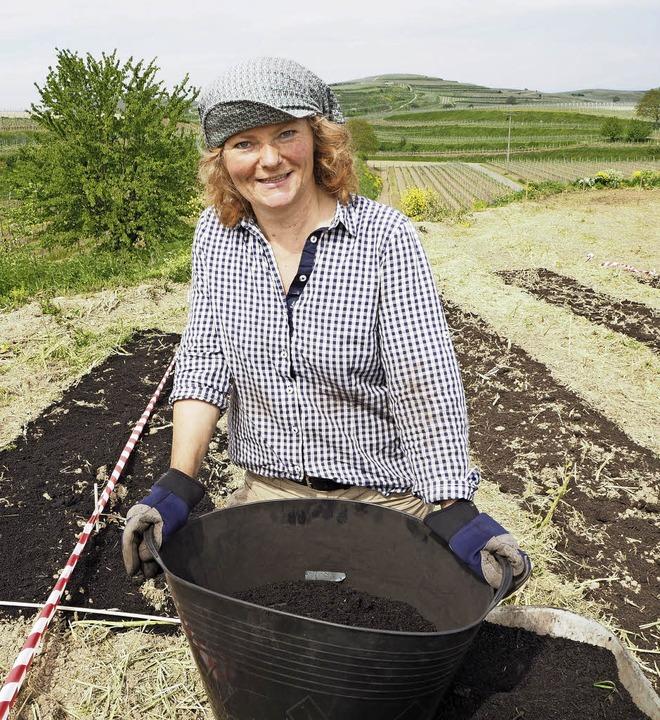 Carola Holweg beim Ausbringen des Komposts.   | Foto: gabriele Hennicke