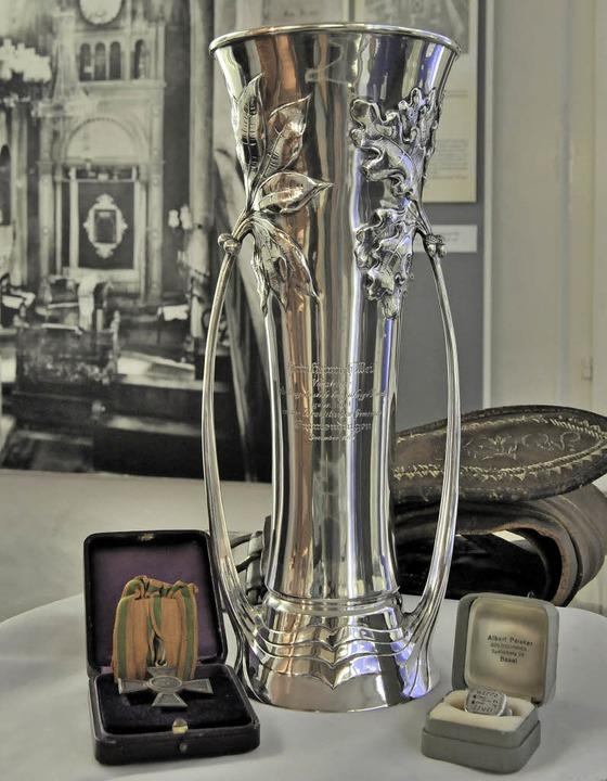 Silberpokal, Orden und Siegelring sind...goge im Hintergrund ein und aus gingen  | Foto: Markus Zimmermann