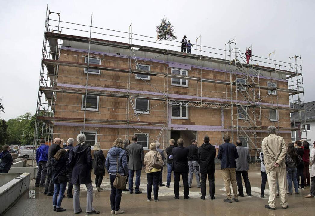 Richtfest für den neuen Mietwohnungsko... der Ensisheimer Straße in Neuenburg.     Foto: Volker Münch